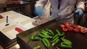 Παραγωγή του τουρκικού βήματος 2 Tavuk που ψήνει τις ντομάτες στη σχάρα απόθεμα βίντεο