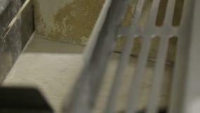 Παραγωγή του ψωμιού Μεταφορέας στο αρτοποιείο E Μεταφορέας με τη ζύμη confectionery απόθεμα βίντεο