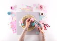Παραγωγή του diy προγράμματος Πλέκοντας διακόσμηση Εργαλεία και προμήθειες τεχνών Ντεκόρ ημέρας εγχώριων βαλεντίνων εποχής στοκ φωτογραφία με δικαίωμα ελεύθερης χρήσης