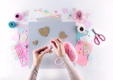 Παραγωγή του diy προγράμματος Πλέκοντας διακόσμηση Εργαλεία και προμήθειες τεχνών Ντεκόρ ημέρας εγχώριων βαλεντίνων εποχής στοκ φωτογραφίες με δικαίωμα ελεύθερης χρήσης