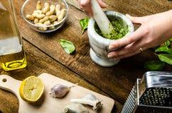 παραγωγή του pesto Στοκ εικόνα με δικαίωμα ελεύθερης χρήσης
