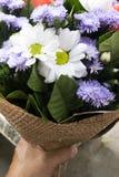 Παραγωγή των ανθοδεσμών και των ρυθμίσεων λουλουδιών στρέψτε μαλακό στοκ εικόνες