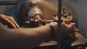 Παραγωγή των δαχτυλιδιών Jeweler που λειτουργεί με το πρότυπο δαχτυλίδι κεριών στο εργαστήριό του Παραγωγή κοσμημάτων τεχνών Λεπτ απόθεμα βίντεο