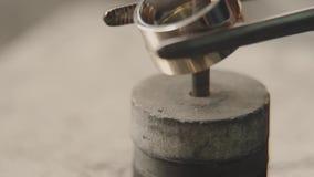 Παραγωγή των δαχτυλιδιών Jeweler που λειτουργεί με το πρότυπο δαχτυλίδι κεριών στο εργαστήριό του Παραγωγή κοσμημάτων τεχνών Λεπτ φιλμ μικρού μήκους
