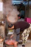 Παραγωγή των γλυκών που γίνεται με τα ψημένα αμύγδαλα Στοκ Φωτογραφία