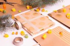 Παραγωγή των δώρων για τους φίλους και συγγενείς Στοκ Φωτογραφίες