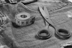 Παραγωγή των ενδυμάτων και της έννοιας σχεδίου: εργαλεία ραφτών στα τζιν Στοκ Εικόνες