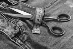Παραγωγή των ενδυμάτων και της έννοιας σχεδίου Εργαλεία ραφτών στο ύφασμα τζιν, εκλεκτική εστίαση Δίκρανο και τσέπη τζιν με το ψα Στοκ φωτογραφία με δικαίωμα ελεύθερης χρήσης