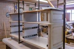 Παραγωγή των επίπλων από το ξύλο Ξυλουργός εργασίας Εργαλεία ξυλουργικής στοκ εικόνες