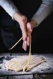 Παραγωγή των ζυμαρικών από τα θηλυκά χέρια Στοκ φωτογραφίες με δικαίωμα ελεύθερης χρήσης