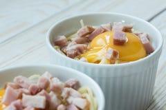 Παραγωγή των ζυμαρικών με το αυγό και το μπέϊκον Στοκ Φωτογραφίες