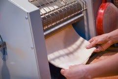 Παραγωγή των ζυμαρικών με το pastamachine Στοκ Εικόνα