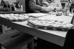 Παραγωγή των ιταλικών ζυμαρικών για τα Χριστούγεννα στοκ εικόνα
