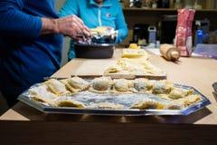 Παραγωγή των ιταλικών ζυμαρικών για τα Χριστούγεννα στοκ φωτογραφία με δικαίωμα ελεύθερης χρήσης