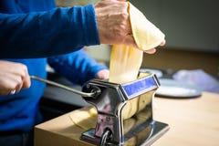 Παραγωγή των ιταλικών ζυμαρικών για τα Χριστούγεννα στοκ εικόνες