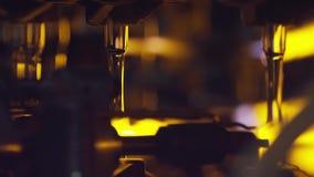 Παραγωγή των μπουκαλιών γυαλιού Ανακύκλωση γυαλιού απόθεμα Μπουκάλι που κατασκευάζει το βιομηχανικό εργοστάσιο γυαλί λειωμένο Γυα απόθεμα βίντεο