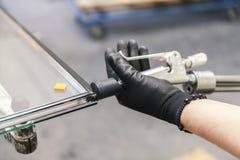 Παραγωγή των παραθύρων γυαλιού διπλός-στρώματος Στοκ εικόνες με δικαίωμα ελεύθερης χρήσης