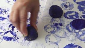 Παραγωγή των σπιτικών γραμματοσήμων από τις πατάτες απόθεμα βίντεο