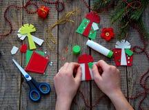 Παραγωγή των χειροποίητων παιχνιδιών Χριστουγέννων από αισθητός ουρανός santa του Klaus παγετού Χριστουγέννων καρτών τσαντών Στοκ φωτογραφίες με δικαίωμα ελεύθερης χρήσης