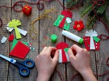 Παραγωγή των χειροποίητων παιχνιδιών Χριστουγέννων από αισθητός ουρανός santa του Klaus παγετού Χριστουγέννων καρτών τσαντών Στοκ εικόνα με δικαίωμα ελεύθερης χρήσης