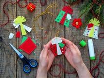 Παραγωγή των χειροποίητων παιχνιδιών Χριστουγέννων από αισθητός ουρανός santa του Klaus παγετού Χριστουγέννων καρτών τσαντών Στοκ Φωτογραφία