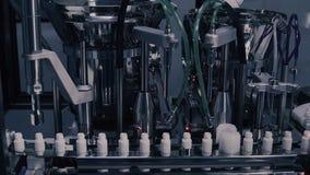 Παραγωγή φαρμάκων Ιατρικά φιαλίδια στη φαρμακευτική γραμμή κατασκευής Ιατρικά φιαλλίδια στην αυτοματοποιημένη γραμμή παραγωγής στοκ φωτογραφία με δικαίωμα ελεύθερης χρήσης