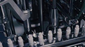 Παραγωγή φαρμάκων Ιατρικά φιαλίδια στη φαρμακευτική γραμμή κατασκευής Ιατρικά φιαλλίδια στην αυτοματοποιημένη γραμμή παραγωγής στοκ εικόνες