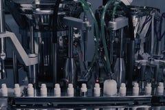 Παραγωγή φαρμάκων Ιατρικά φιαλίδια στη φαρμακευτική γραμμή κατασκευής Ιατρικά φιαλλίδια στην αυτοματοποιημένη γραμμή παραγωγής στοκ φωτογραφία