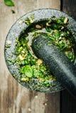 Παραγωγή φρέσκου Pesto στο κονίαμα και το γουδοχέρι Στοκ εικόνες με δικαίωμα ελεύθερης χρήσης