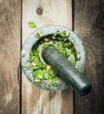 Παραγωγή φρέσκου Pesto στο κονίαμα και το γουδοχέρι Στοκ φωτογραφίες με δικαίωμα ελεύθερης χρήσης