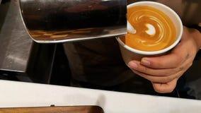 Παραγωγή Barista της τέχνης καφέδων latte, εύγευστος καφές με μια μικρή μορφή καρδιών απόθεμα βίντεο