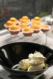 Παραγωγή cupcakes Φωτογραφία της διαδικασίας σπιτικά muffins Στοκ Φωτογραφίες