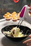 Παραγωγή cupcakes Φωτογραφία της διαδικασίας σπιτικά muffins Στοκ εικόνες με δικαίωμα ελεύθερης χρήσης