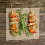Παραγωγή kebabs από το κοτόπουλο - ακατέργαστο κρέας στα οβελίδια στοκ εικόνες με δικαίωμα ελεύθερης χρήσης