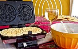 Παραγωγή Pizzelles για τις διακοπές στοκ φωτογραφία με δικαίωμα ελεύθερης χρήσης
