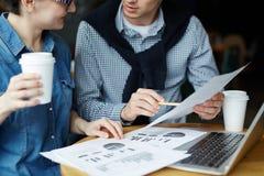 Παραγωγική συνεδρίαση στον άνετο καφέ στοκ εικόνα με δικαίωμα ελεύθερης χρήσης