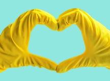 Να πάρει άρχισε Κίτρινα λαστιχένια γάντια για τον καθαρισμό στο μπλε υπόβαθρο Γενικός ή κανονικός καθαρισμός στοκ φωτογραφία με δικαίωμα ελεύθερης χρήσης