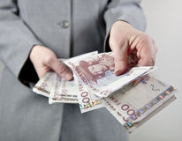 Παραδίδοντας χρήματα Στοκ φωτογραφία με δικαίωμα ελεύθερης χρήσης