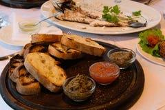 Παραδοσιακά αγροτικά τρόφιμα ορεκτικών Bruschetti με τις διαφορετικές σάλτσες κατανάλωση έννοιας υγιής Στοκ εικόνες με δικαίωμα ελεύθερης χρήσης