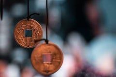 Παραδοσιακά ασιατικά μικροσκοπικά νομίσματα τύχης που γίνονται στα περιδέραια, έτοιμα να πωλήσουν στοκ φωτογραφίες με δικαίωμα ελεύθερης χρήσης