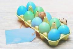 Παραδοσιακά αυγά που χρωματίζονται στο φωτεινό χρώμα μέσα στο κιβώτιο χαρτοκιβωτίων Στοκ εικόνα με δικαίωμα ελεύθερης χρήσης