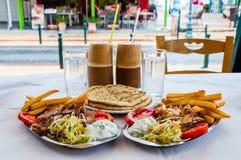 Παραδοσιακά ελληνικά καυτά γυροσκόπιο ή γυροσκόπια πιάτων που εξυπηρετείται στα πιάτα Κρέας χοιρινού κρέατος ή κοτόπουλου, επίπεδ στοκ εικόνες