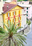 Παραδοσιακά ζωηρόχρωμα σπίτια στο χωριό Cinque Terre Ιταλία Manarola Στοκ Εικόνα