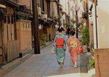 Παραδοσιακά ιαπωνικά κοστούμια το κιμονό που φοριέται από δύο κυρίες Στοκ εικόνα με δικαίωμα ελεύθερης χρήσης