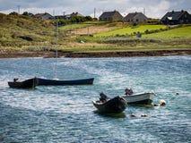 Παραδοσιακά ιρλανδικά σκάφη αλιευτικών σκαφών στο νομό Galway, κοντά στο Λ Στοκ Εικόνες