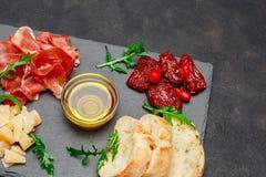 Παραδοσιακά ιταλικά γεύματα - crudo ή jamon, παρμεζάνα, ντομάτες prosciutto στοκ εικόνες με δικαίωμα ελεύθερης χρήσης