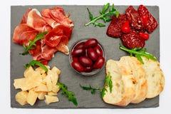 Παραδοσιακά ιταλικά γεύματα - crudo ή jamon, παρμεζάνα, ντομάτες prosciutto στοκ φωτογραφίες