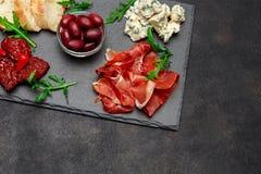 Παραδοσιακά ιταλικά γεύματα - crudo ή jamon, παρμεζάνα, ντομάτες prosciutto στοκ φωτογραφία