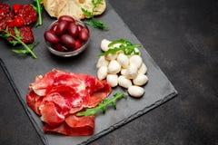 Παραδοσιακά ιταλικά γεύματα - crudo ή jamon, παρμεζάνα, ντομάτες prosciutto στοκ εικόνα
