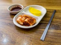 Παραδοσιακά κορεατικά ζυμωνομμένα τρόφιμα Kimchi και ραδικιών 30 μεταβαλλόμενος νότος της Κορέας PAL s Σεούλ βασιλιάδων Ιουλίου φ στοκ φωτογραφία